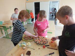 Õpilased tegid peo jaoks ise võileivad ja küpsisetordi.